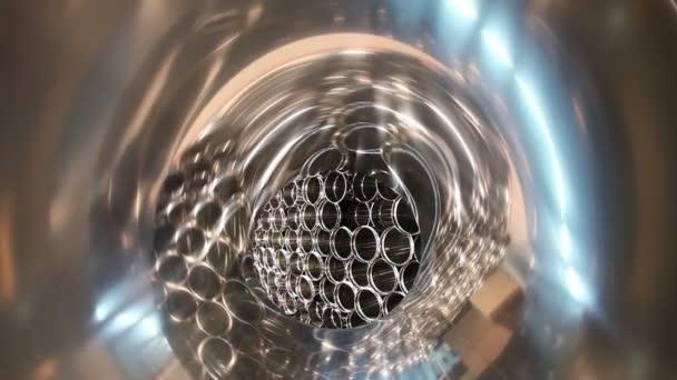 Sklad, kovových trubek pro větrací potrubí. Fotoaparát létání uvnitř kovové trubky