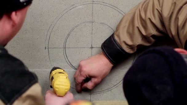 Instalace krbová kamna. Dělníci by díru v sádrokartonové desky