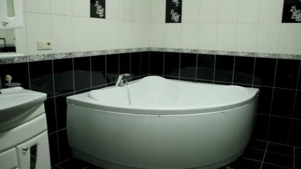 Interiér koupelny: koupelna, WC, umyvadlo, zrcadlo
