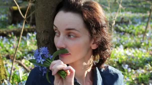 Mladá žena voní kytice zvonky