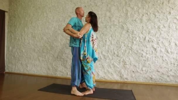 Obraťte se na jógu. Lidé dělají pozic jógy na mat cvičení ve fitcentru. 4k