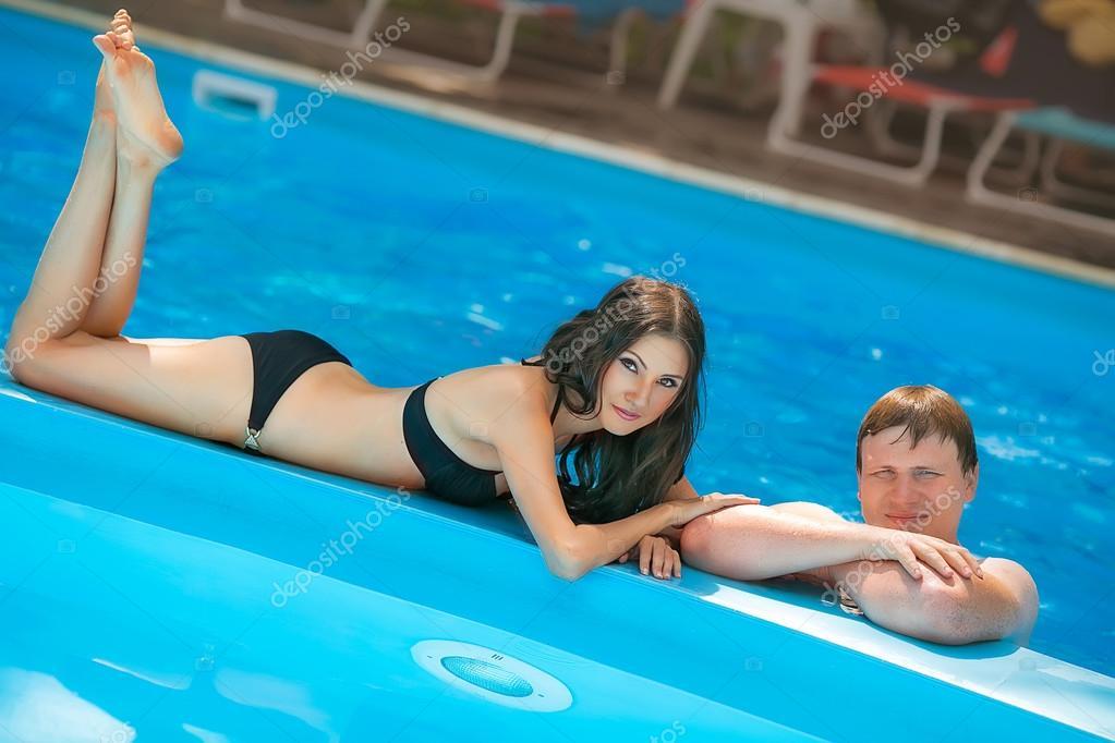 Девушка у бассейна: обои и картинки на рабочий стол, скачать.