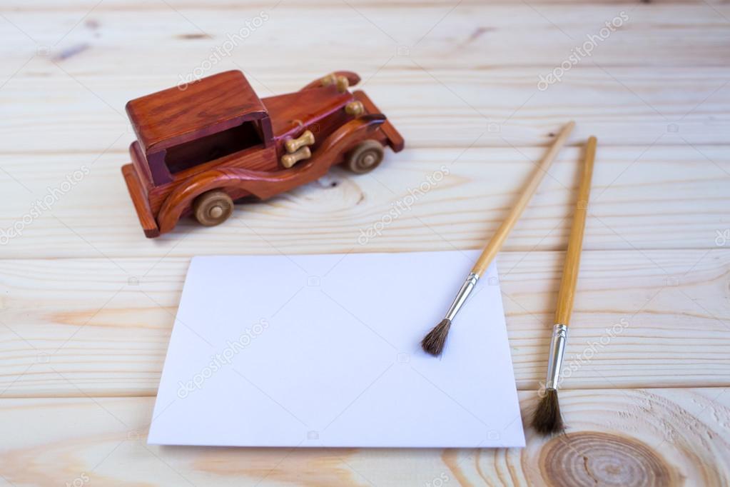 Ahşap Oyuncak Araba Ve Ahşap Arka Plan üzerinde Boya Fırçası Stok