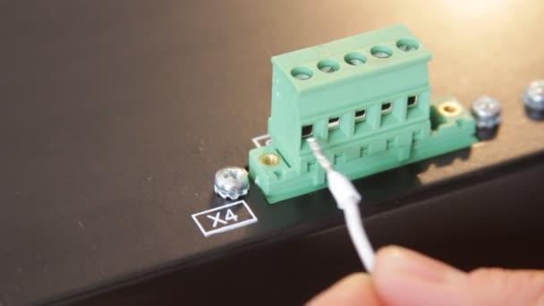 Closeup elektrikář pracovníka šroubování dráty