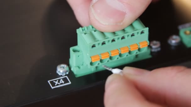 Closeup instalace drátů do konektoru