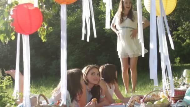 Видео девушки на пикнике — 13