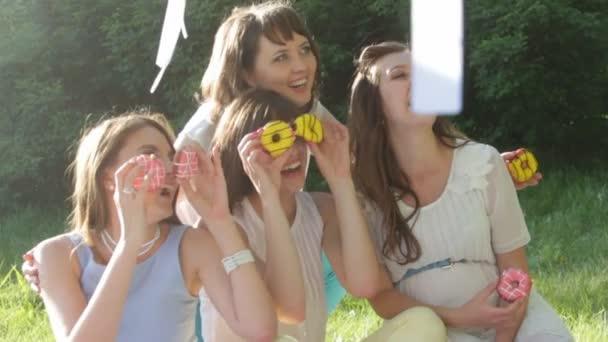 Видео девушки на пикнике — 15