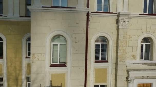 létání nad staré žluté budovy. Architektura. letu. fasáda. systém Windows