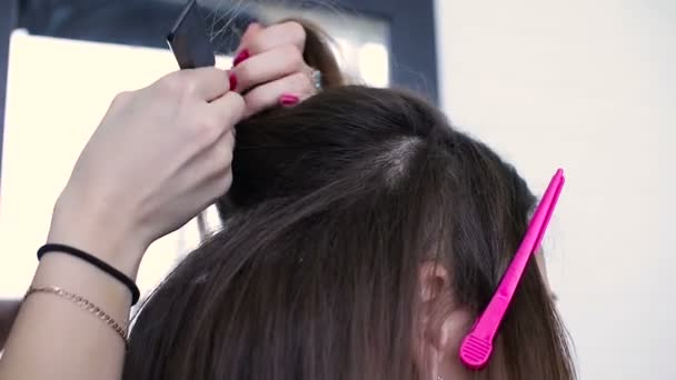 Žena s dlouhými vlasy v salonu krásy