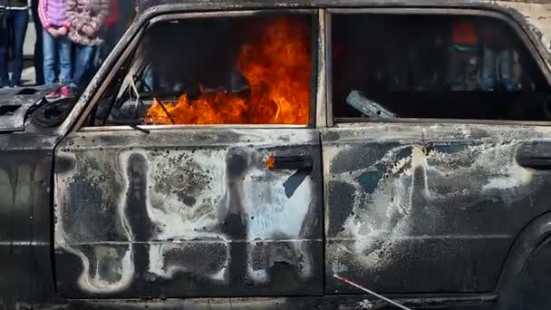 Hasič hasičský sbor obejít bez pěny na hořící auto během cvičení