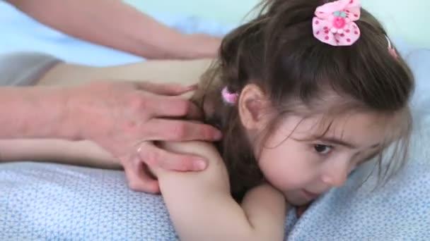 Babymädchen genießen massage
