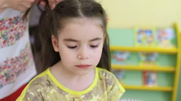 Dětské účes. Kadeřník dělá účes s vlasy ustřihne