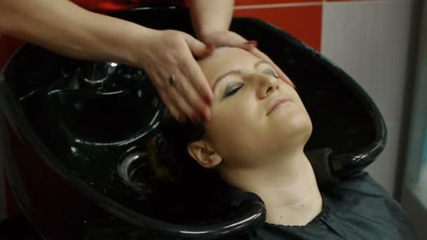 Een Moderne Makeover : Kapper wassen een haar klanten in een moderne bekken in haar