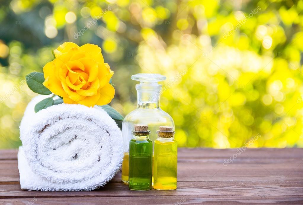 Massage-Öl, weißes Handtuch und Blume Elixiere. Kosmetik für Saunen ...
