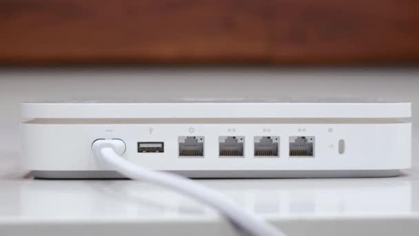 rukou připojte ethernetový kabel v bílém router