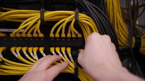 ruce připojit ethernet kabel