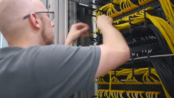 To inženýr dláždí žlutý kabel ethernet