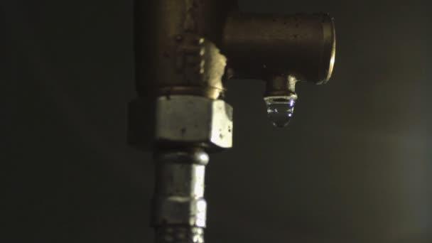 Drop Tropft Aus Einem Rohr Rohr Stockvideo Psstudio 102532698