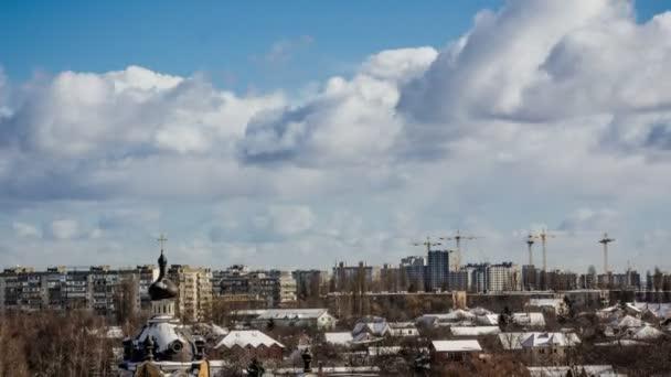 Kirche in der Stadt mit Wolken im Zeitraffer