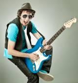 Fotografie lustige Gitarrist im Konzert isoliert auf grau