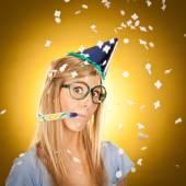 junge schöne glückliche blonde Mädchen auf Der Party mit Brille Porträt auf gelbem Hintergrund
