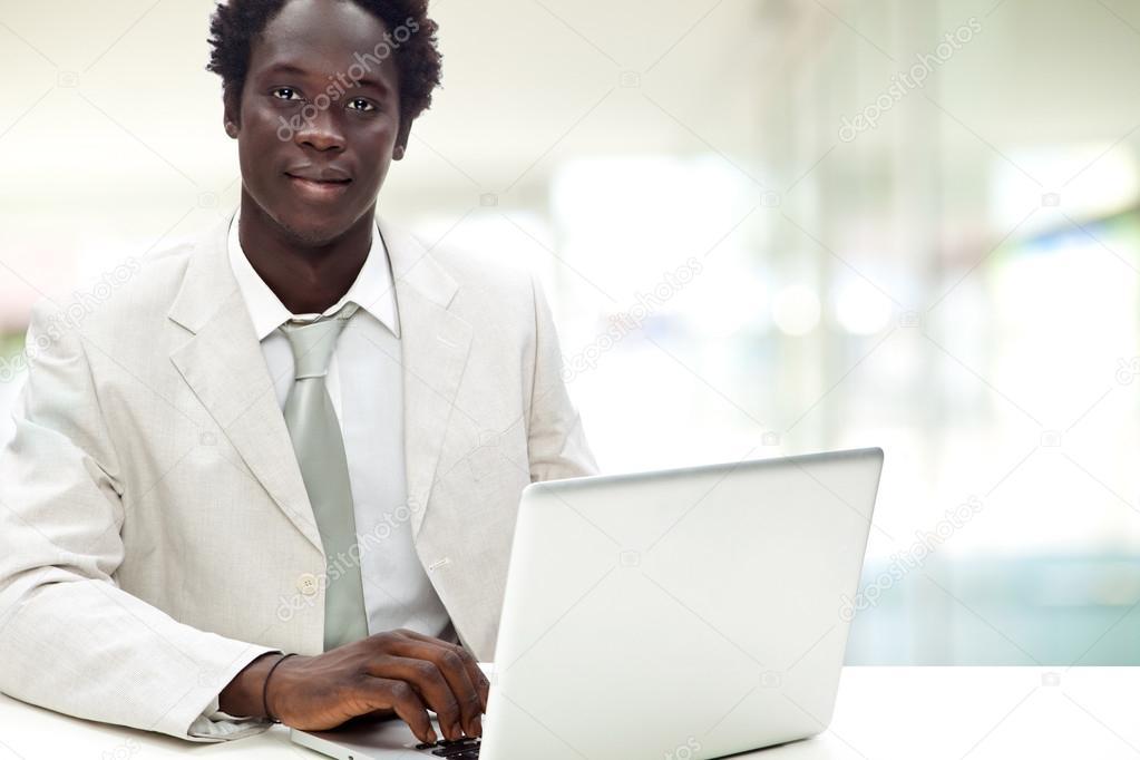 Traje blanco hombre negro
