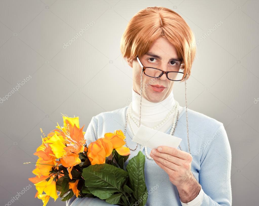Mulher feia com culos segurar flores sobre fundo cinzento imagens de bancos de imagens sem royalties