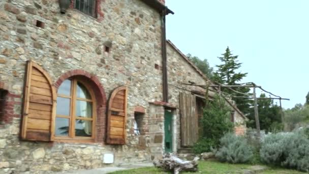 Indow von schönen ländlichen Bauernhaus von außen