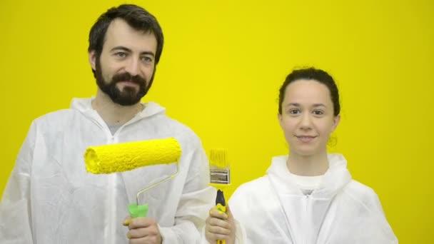 Mladý šťastný pár se významně se žlutými kartáčky