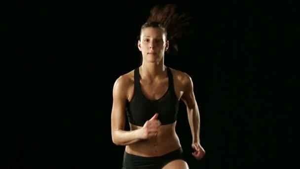 Fiatal sportos nő gyakorolja