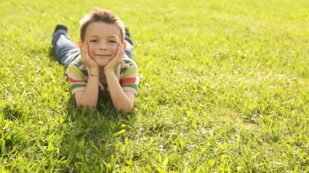 Dítě vleže na výšku trávy v městském parku