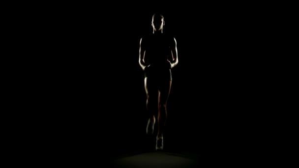 junge athletische Frau macht Übungen