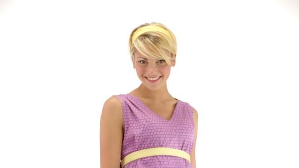 Mladá blondýnka na sobě fialové šaty