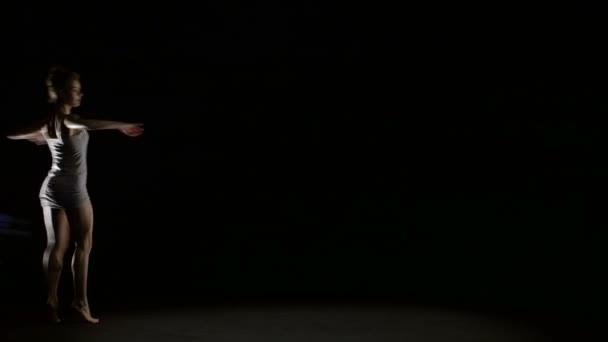 Baletní tanečník tancuje sám na jevišti