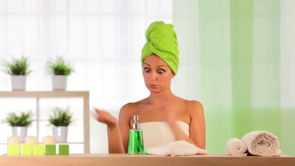 Žena a muž nosí ručníky platí kosmetika