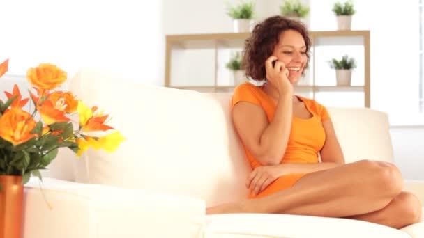 žena mluvila na telefonu při odpočinku na pohovce