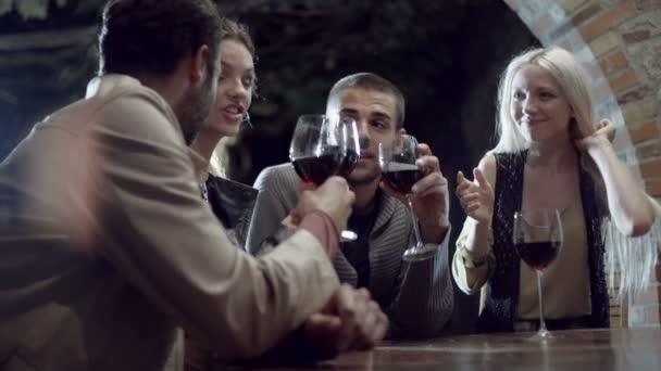 Přátelé s úsměvem a pitím vína
