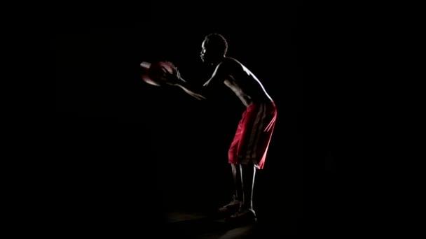 svalnatý muž hrát basketbal