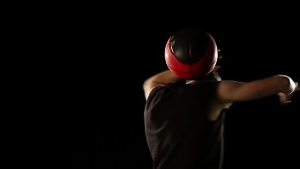 Sportsman provádět basketbalový freestyle trik
