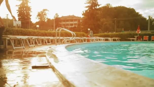 Čtyři mladí přátelé potápění do venkovního bazénu