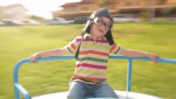 Dítě v aviator brýle na karuselu