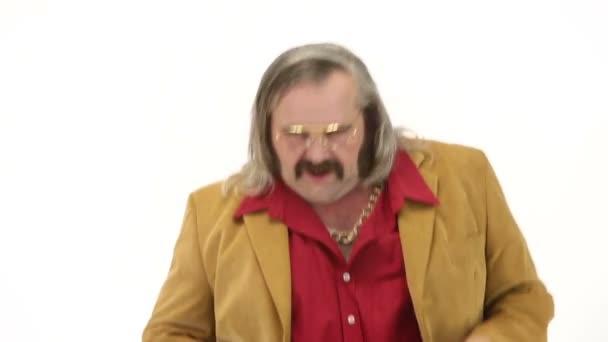 Mittelalter Mann Putzt In 70er Jahre Kleidung Machende Bewegungen