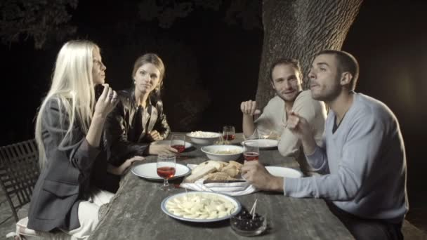 Skupina čtyř šťastný mužů a ženy úsměv a vychutnat aperitiv