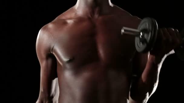 Sportovní mladý muž dělá cvičení