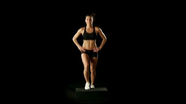 Mladá sportovní žena dělá cvičení