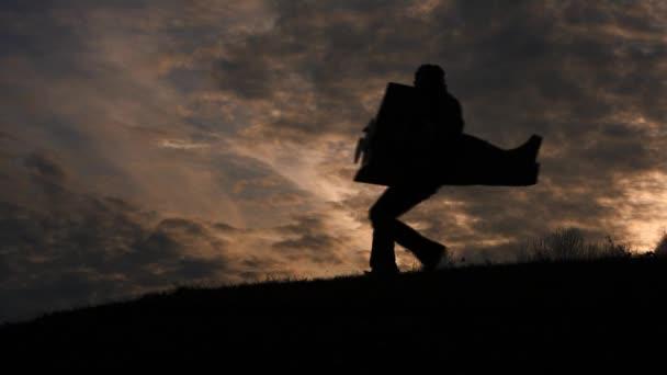 fiatal pilóta játszik a repülőgép carboard