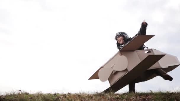 malý pilot si hraje s kartonová letadla