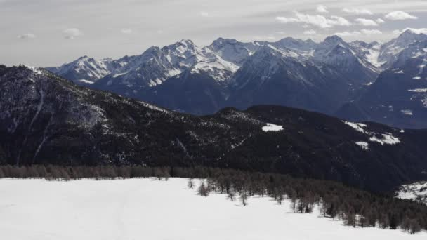 letecký pohled na zasněžené hory. malebný výhled na krajinu v zimě. zpomalený pohyb