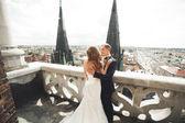 Fényképek A régi Lviv város sétáló gyönyörű esküvői pár