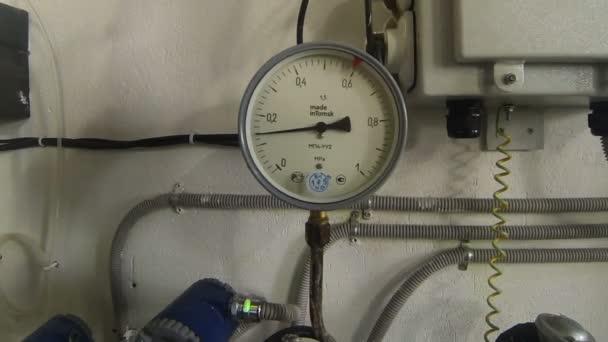 Zařízení pro měření tlaku v velkých potrubí topných dodávek pro obytný komplex